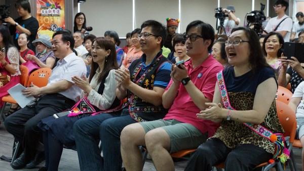 臺北市政府觀傳局長簡余晏(左二),議員李芳儒(左三),李傅中武(右二)與聽眾一起慶生