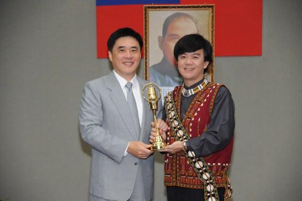 臺北廣播電臺榮獲「102年廣播金鐘獎」之「綜合節目獎」,由主持人蔡文祥代表獻獎給市長。