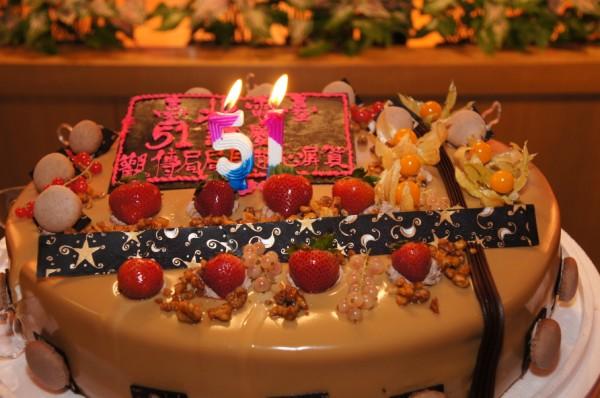 謝謝我們的大家長,北市府觀傳局趙局長致贈蛋糕與本臺同仁及聽眾同歡