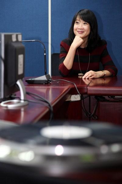 觀光傳播局長趙心屏聆聽臺北電臺珍藏經典黑膠唱片
