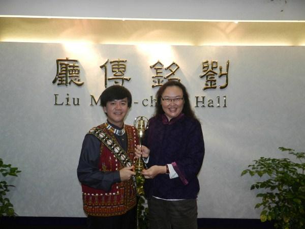 臺長陳慈銘與主持人蔡文祥合影