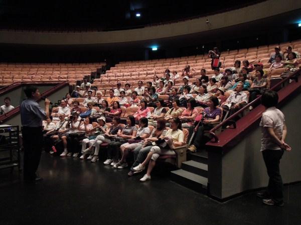 學員在演藝廳聽講解情形