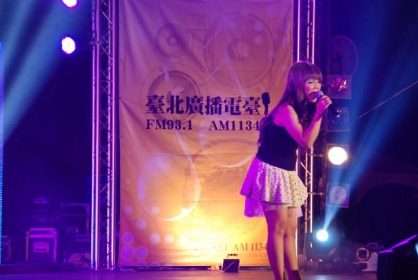 藝人吳儀君演唱台語名曲「酒矸通賣無」