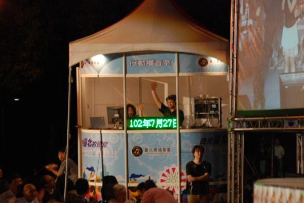 行動播音室主持人向現場聽眾打招呼