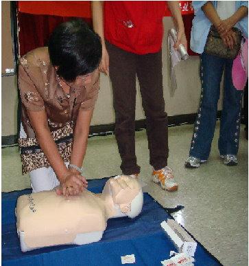 開新視窗-團員親自練習心肺復甦術