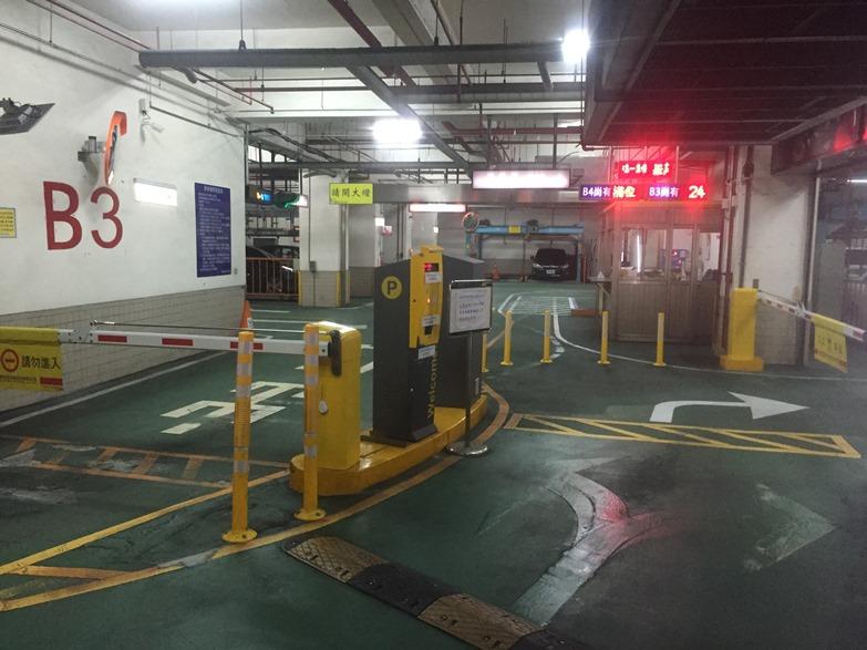 停車場出、入口以自動閘門管制