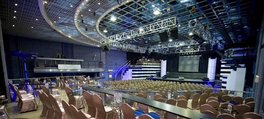 場館內擺滿椅子,可供容納許多觀眾