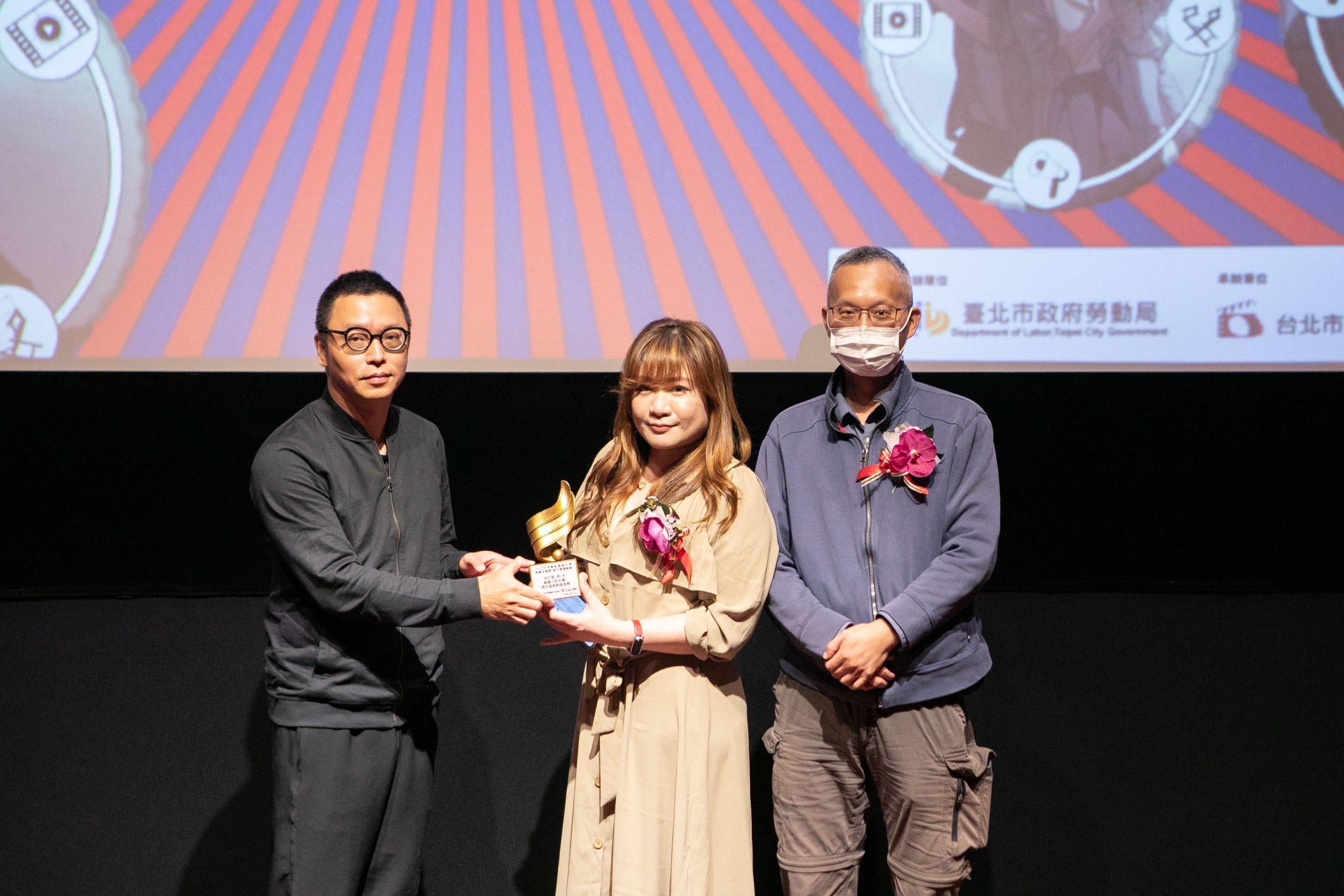 沈可尚評審頒發長片組第2名予林上筠、柯勝雄執導《派遣工的正義—我不是你的免洗筷》
