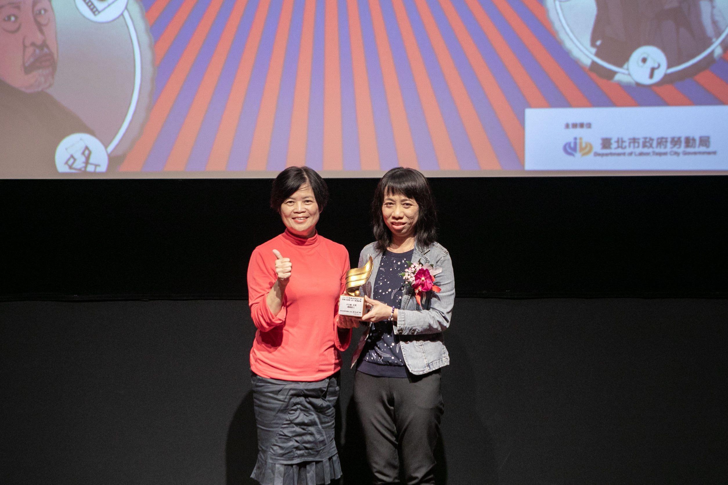 勞動局徐玉雪副局長頒發首獎予曾文珍執導《逃跑的人》