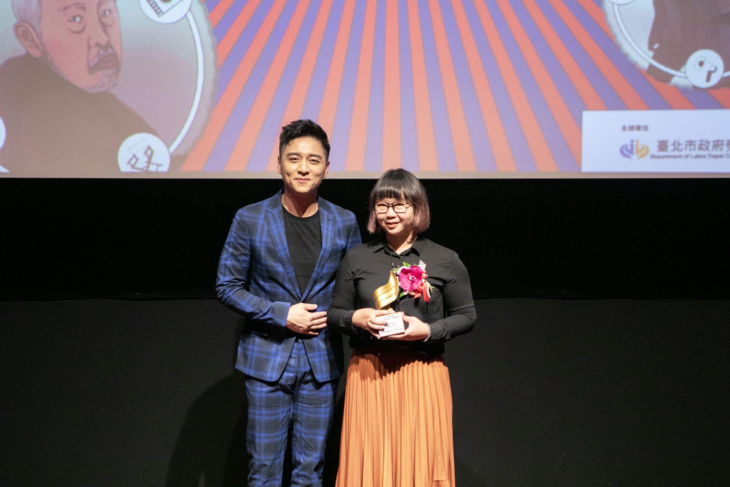代言人鄭人碩頒發短片組第2名予吳冠穎執導《鄉外之地》