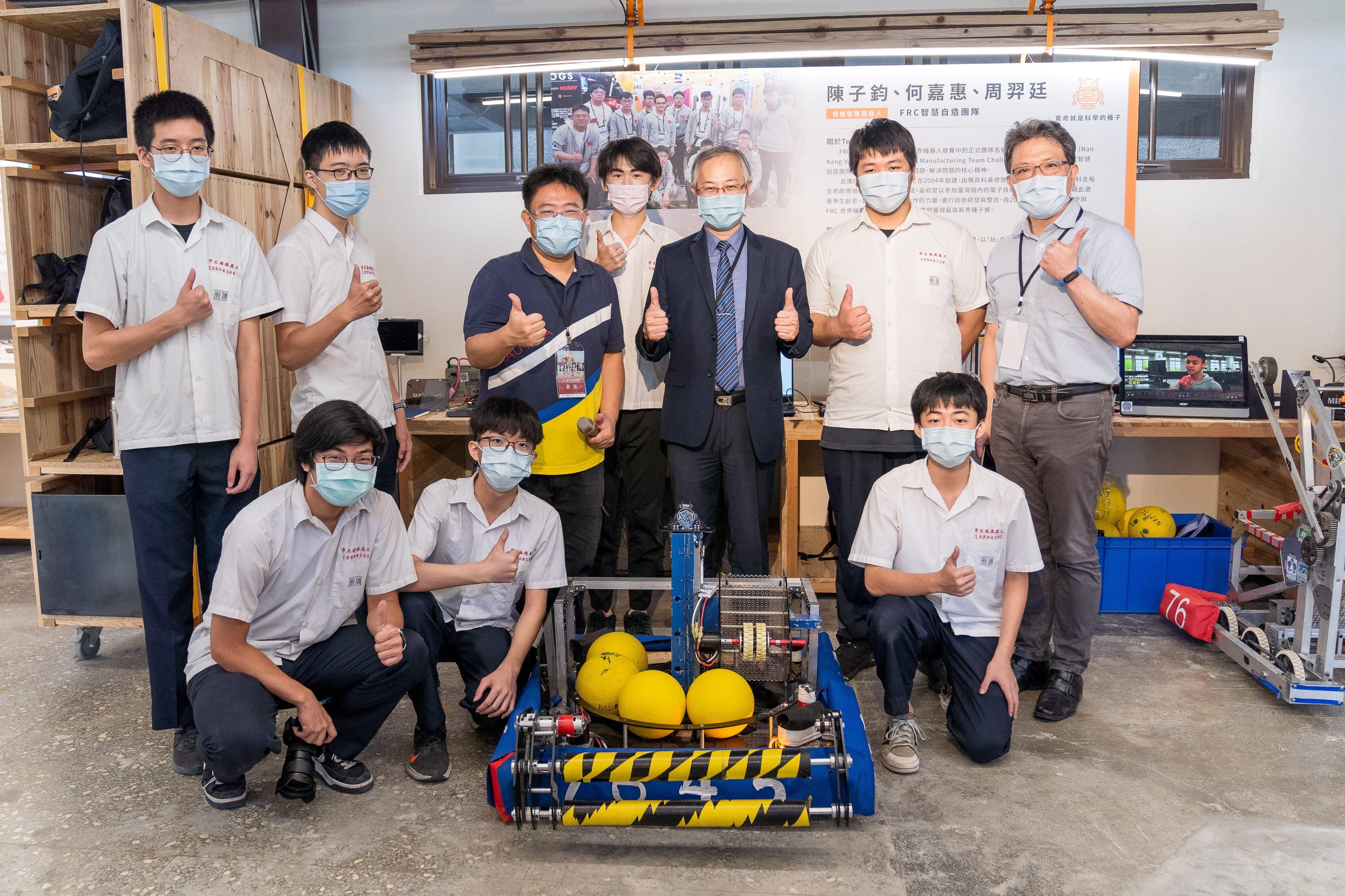 江副局長與南港高工FRC智慧自造團隊Team 7645合影
