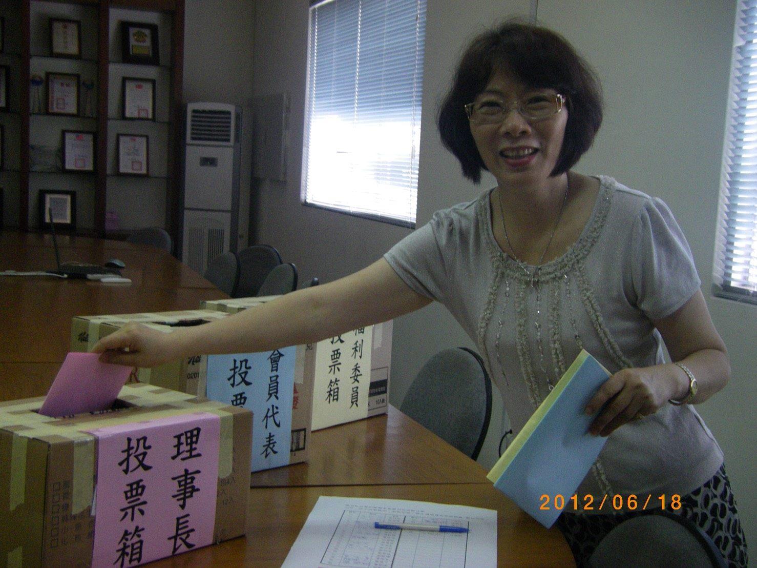 舉辦選舉,在各場站設置投票所,方便會員投票