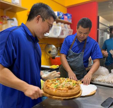 日光書房的少年們製作椒麻雞披薩