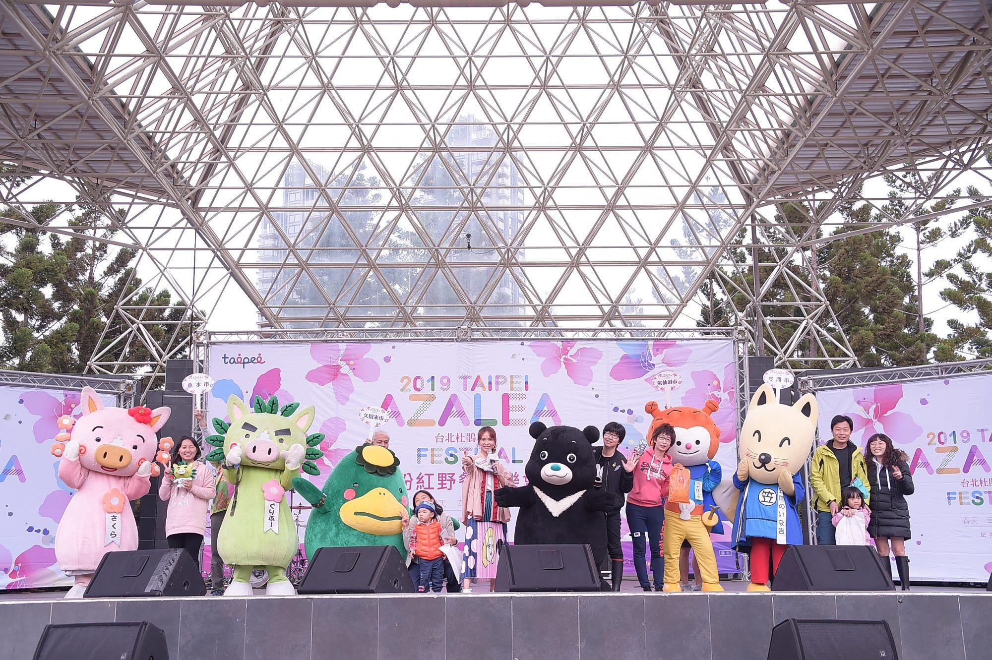 熊讚與杜鵑花友達聯盟成員邀請民眾上台同樂進行計步器比賽,玩得不亦樂乎!