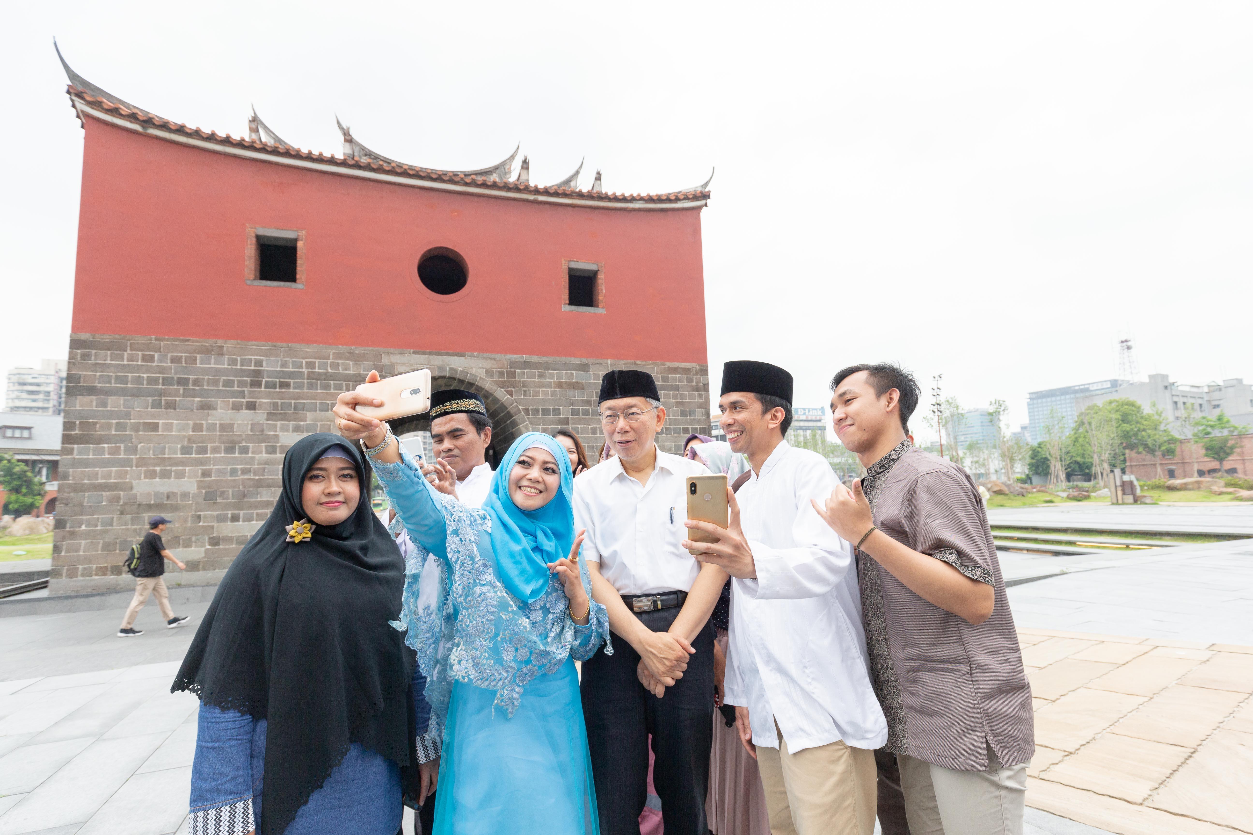 臺北市長柯文哲自備穆斯林的Peci帽,與穆斯林演員開心合照