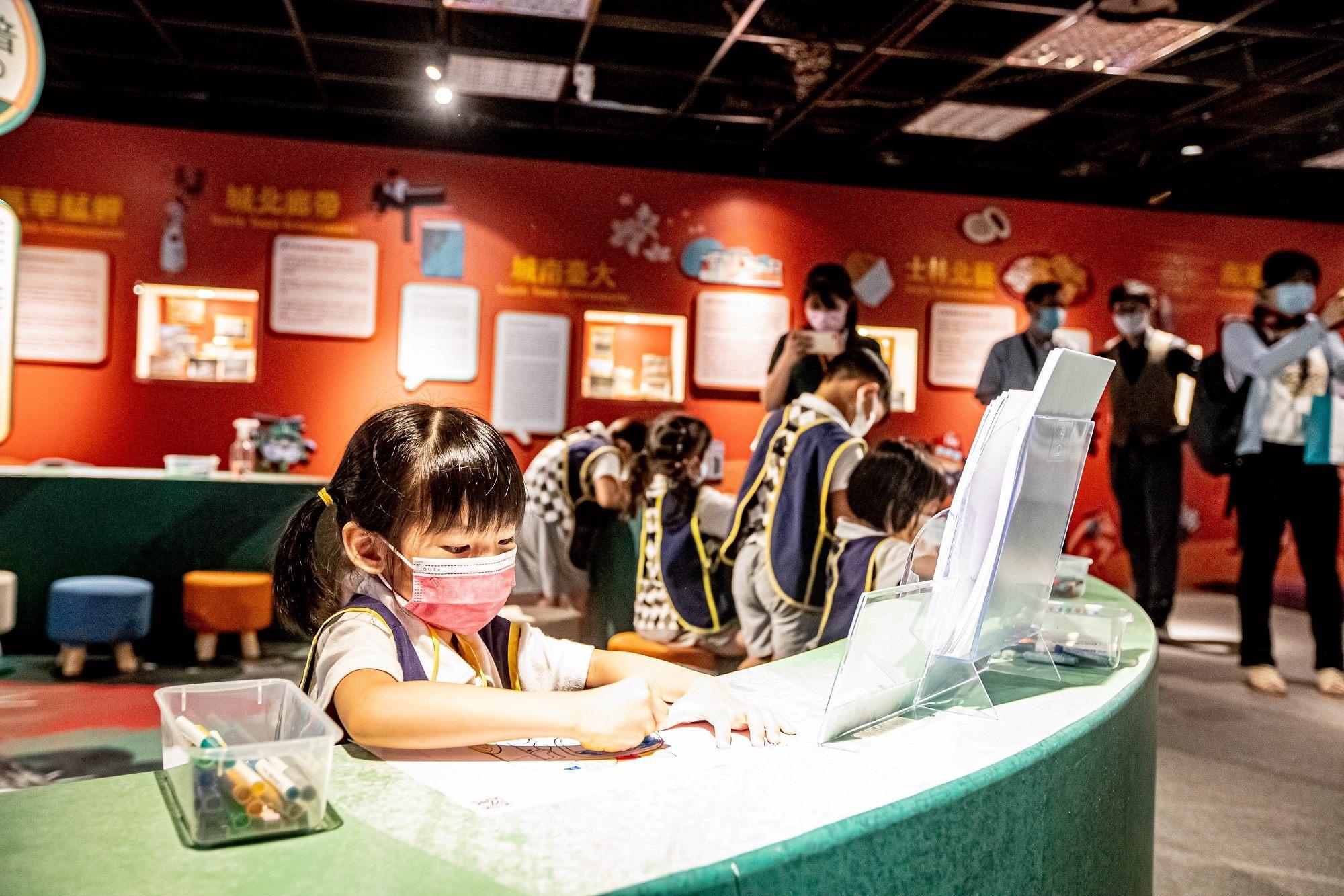 來台北探索館「台北無圍牆博物館特展─波力玩台北」體驗互動塗鴉牆,畫出屬於自己的波力與安寶。