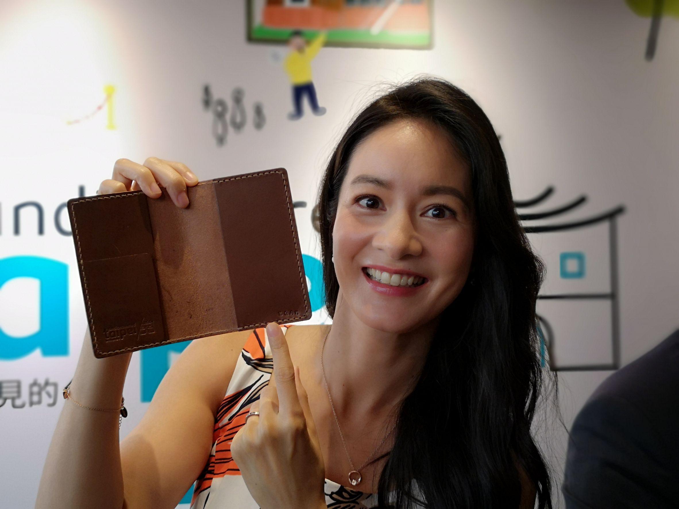 Janet在香港記者會中_現場手作「你所未見的臺北」護照套