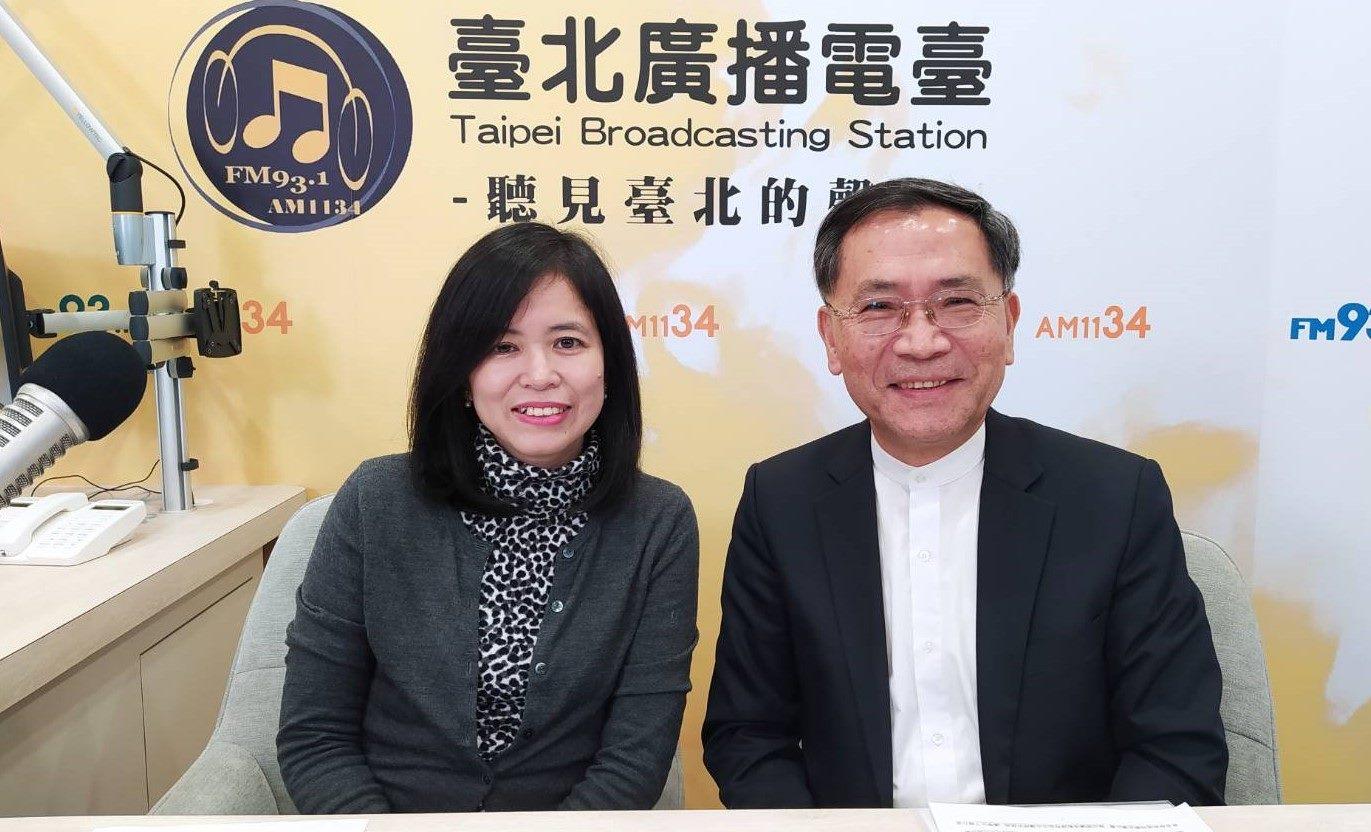 臺北市副市長蔡炳坤(右)是「臺北故事博物館」第一集節目嘉賓,暢談無圍牆博物館理念,左為主持人施賢琴。