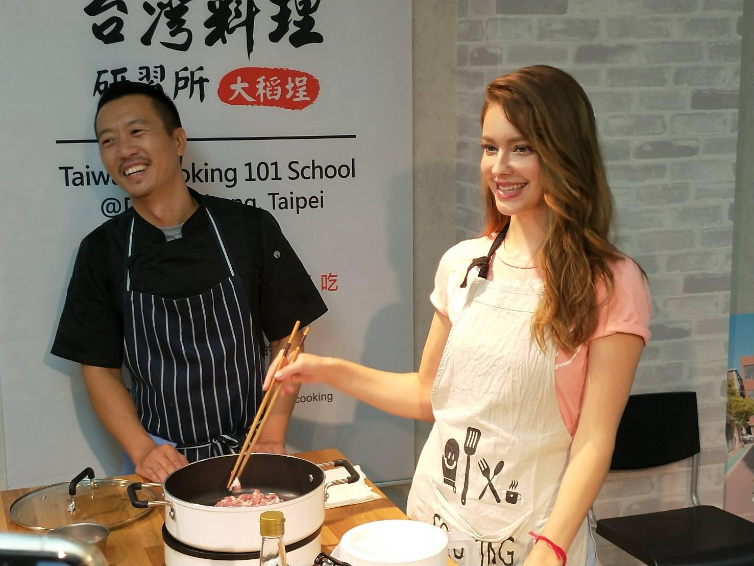 之前才表明想在台灣開餐廳的安妮,在老師的指導下烹調道地滷肉飯。