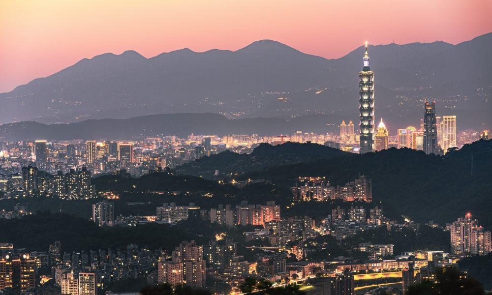 來貓空吃飯喝茶是臺北人的生活情趣,品嘗茶風味料理,看著臺北燈火燦爛的夜景,每一景每一物給你浪漫的氣息,像極了愛情! (景點名稱:貓空夜景)
