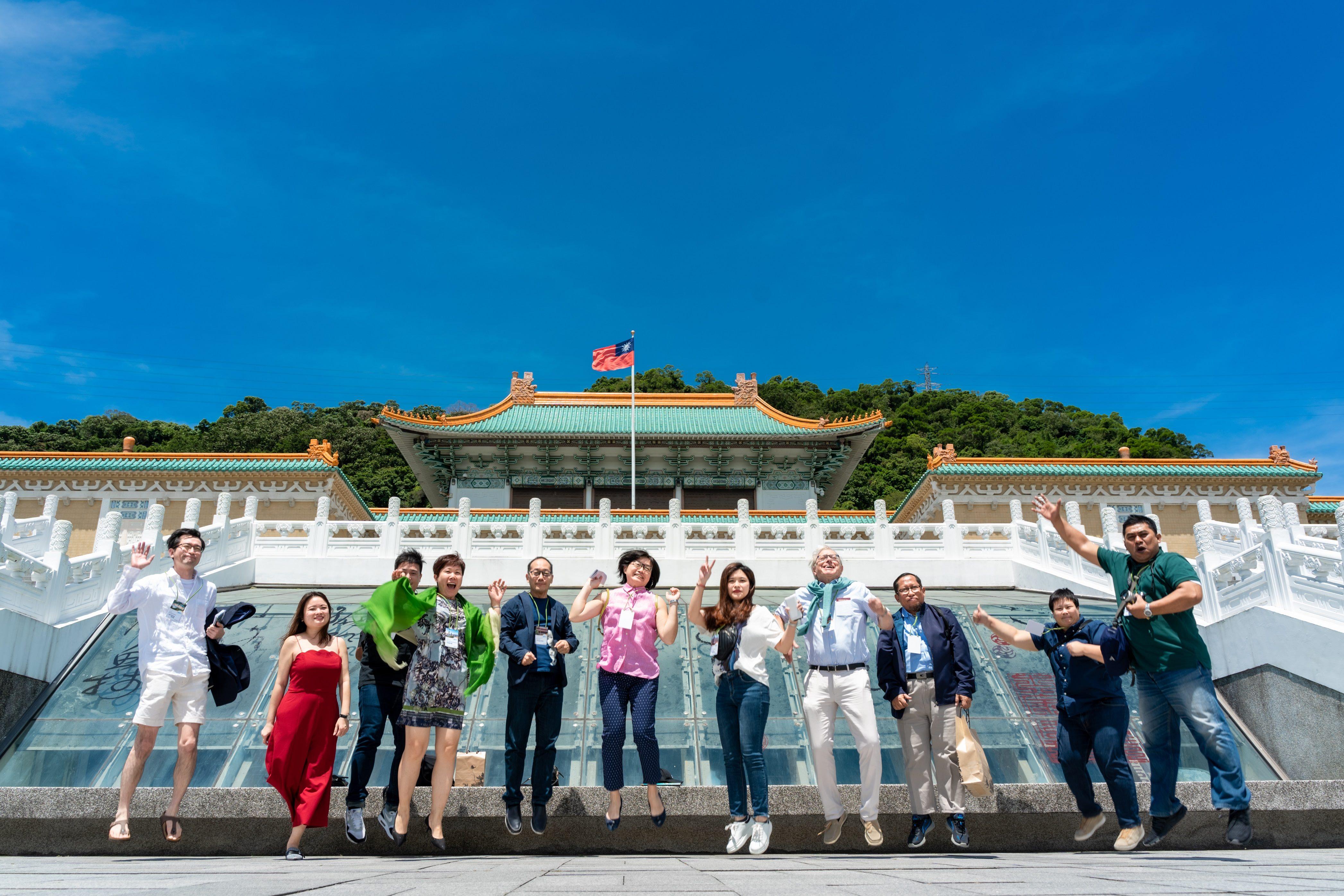 業者走訪多個臺北市場館及景點,於國立故宮博物院前開心合影