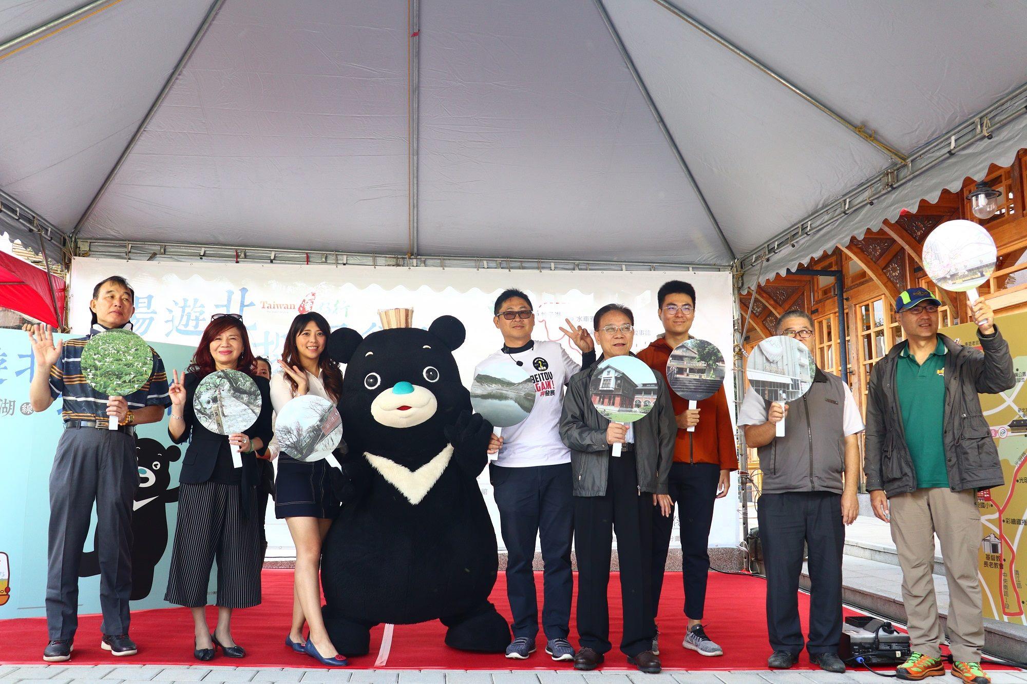 觀光傳播局局長陳思宇(左三)與台北市溫泉發展協會理事長周水美(左二)及北投在地耆老一起推廣活動