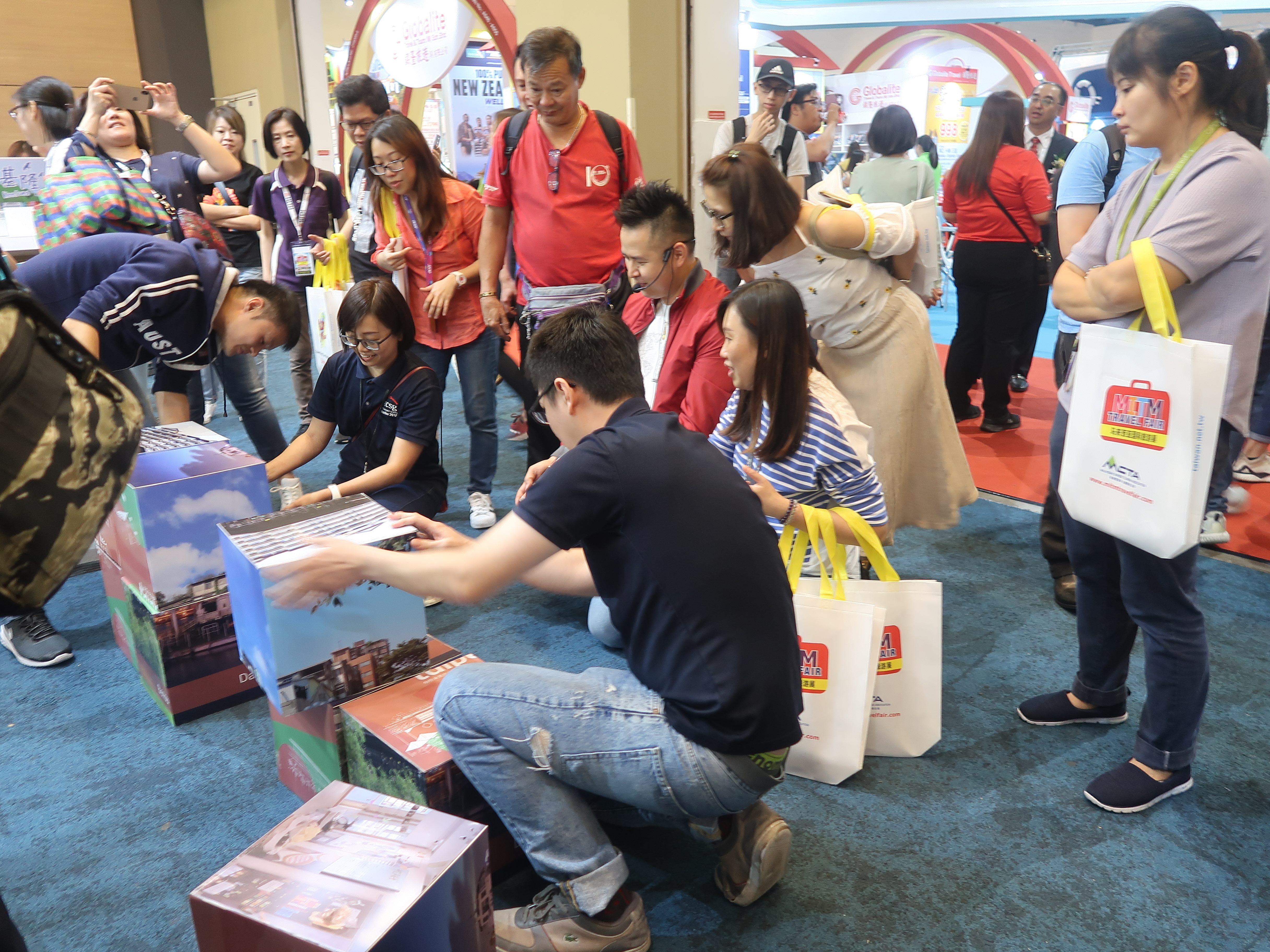大馬遊客競相參與「五大城市人文生活場域」拼圖遊戲。