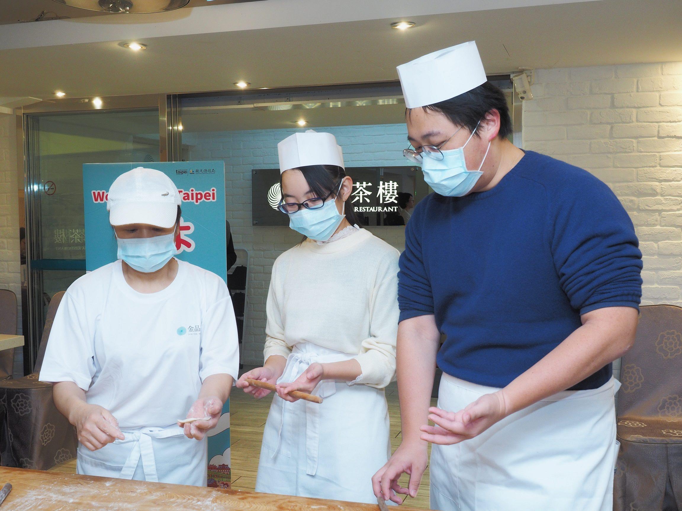 劉奕霆局長與修學旅行學生共同體驗小籠包製作