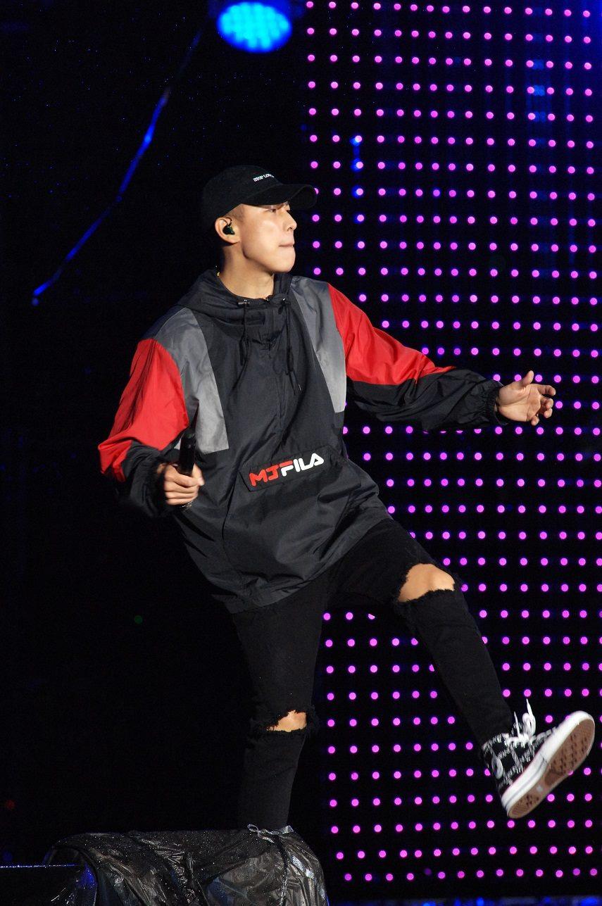 嘻哈天團頑童MJ116擔任跨年壓軸,讓現場民眾不畏低溫,跟著重拍節奏蹦跳狂歡。
