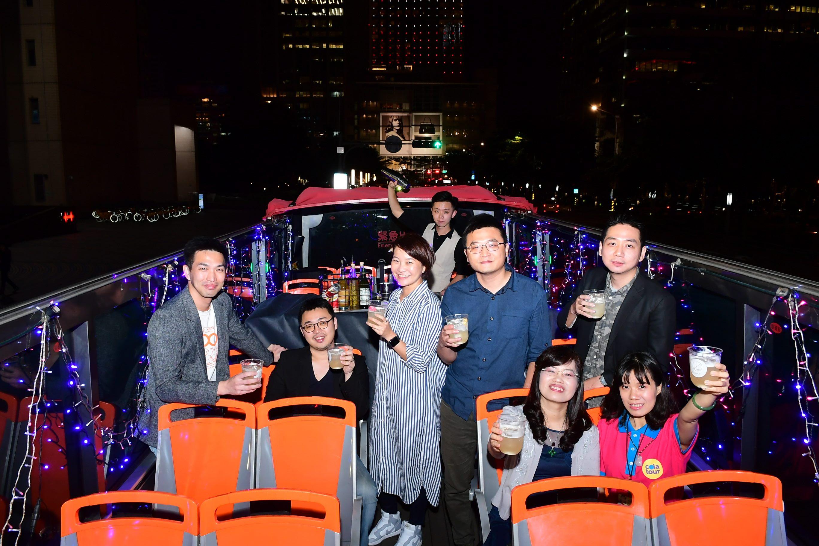 FUN電巴士變身為行動派對專車,吸引不少民眾目光