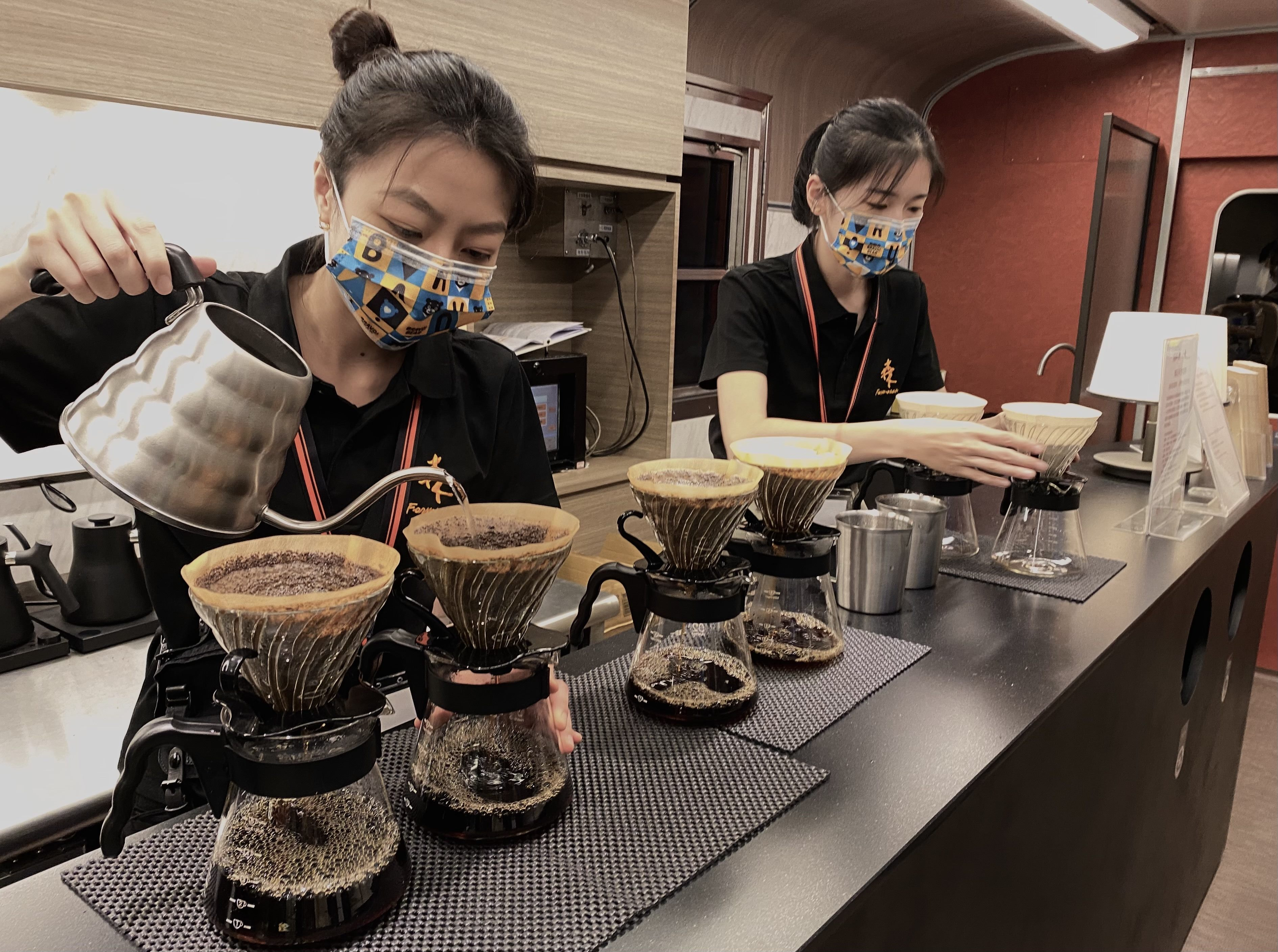 觀傳局邀請臺北在地品牌「森高砂咖啡」於鳴日號列車提供手沖咖啡服務