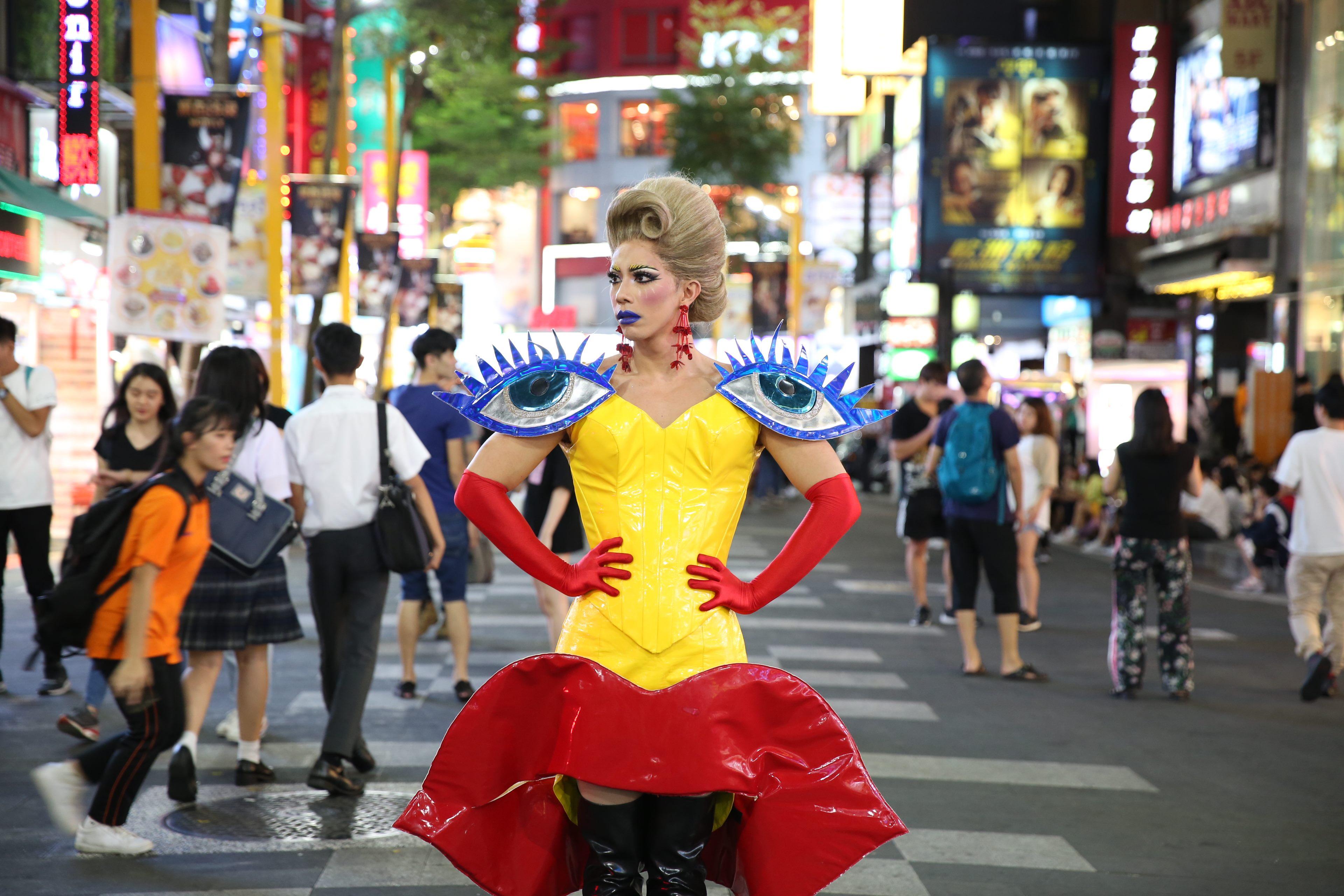 觀傳局邀請泰國變裝皇后潘潘採現,展現臺北的多元性
