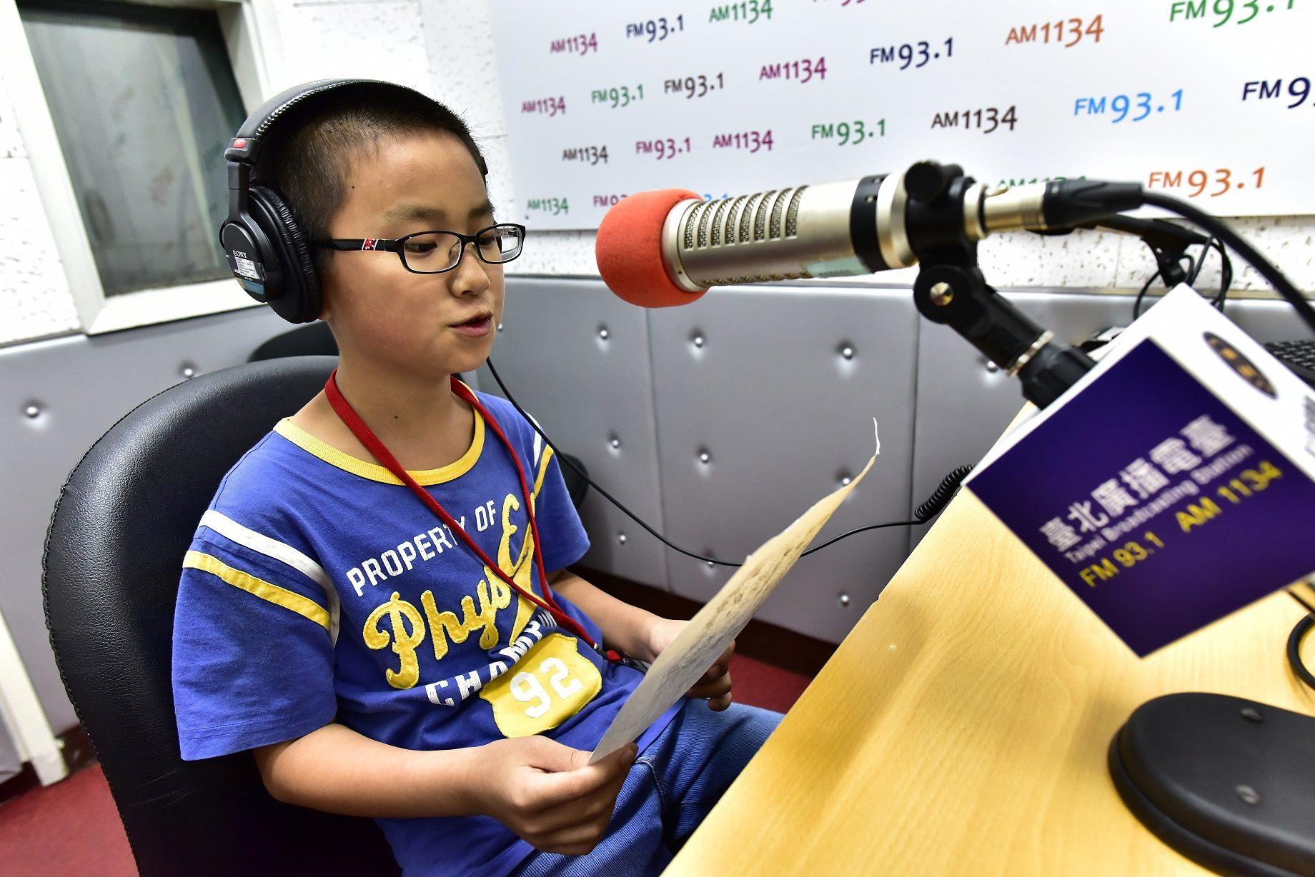 臺北電臺辦理小小廣播營,讓小朋友體驗當一日DJ。