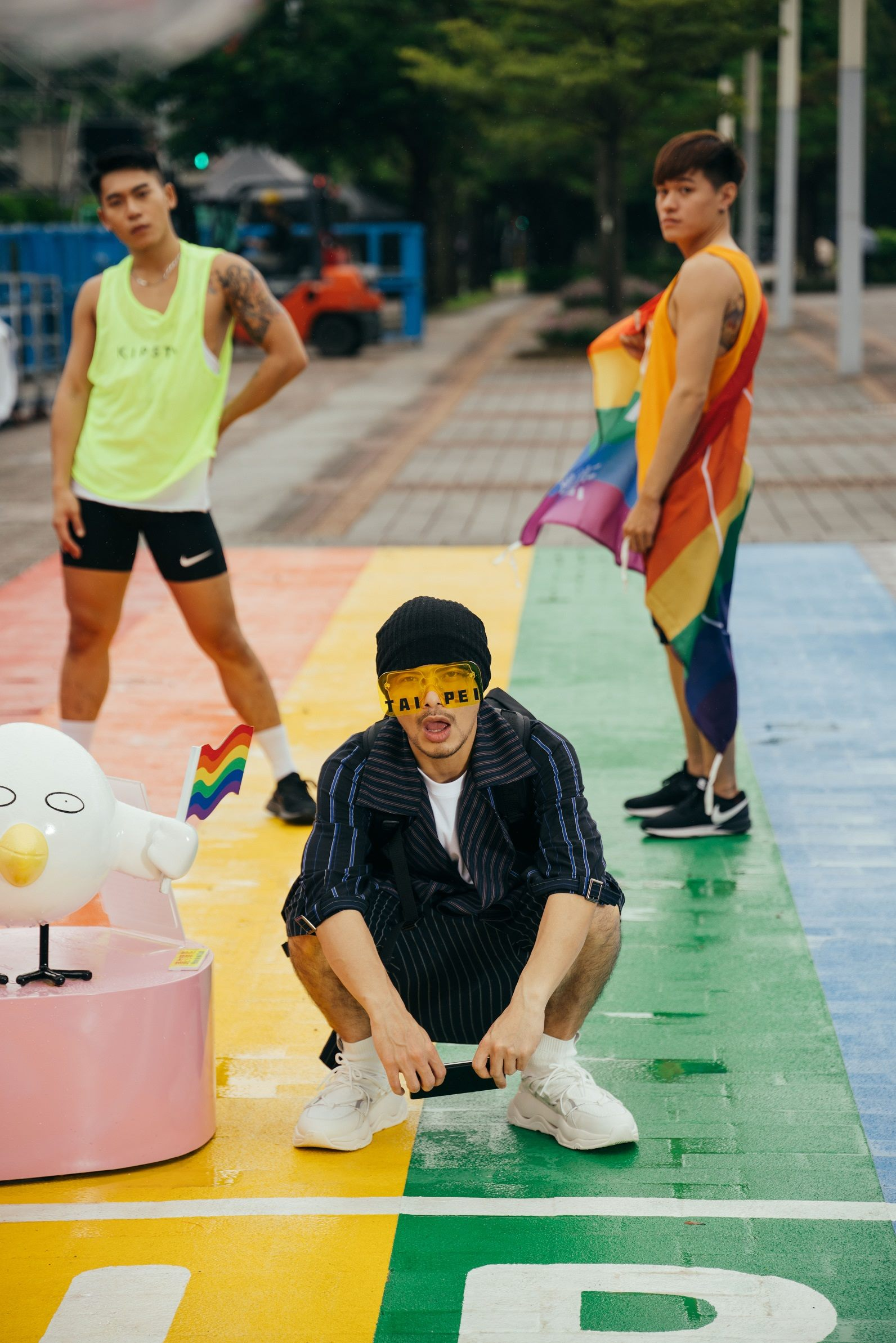 黃明志特地選在臺北著名景點市府前彩虹地景拍攝臺北主題曲MV,推廣臺北多元觀光主題