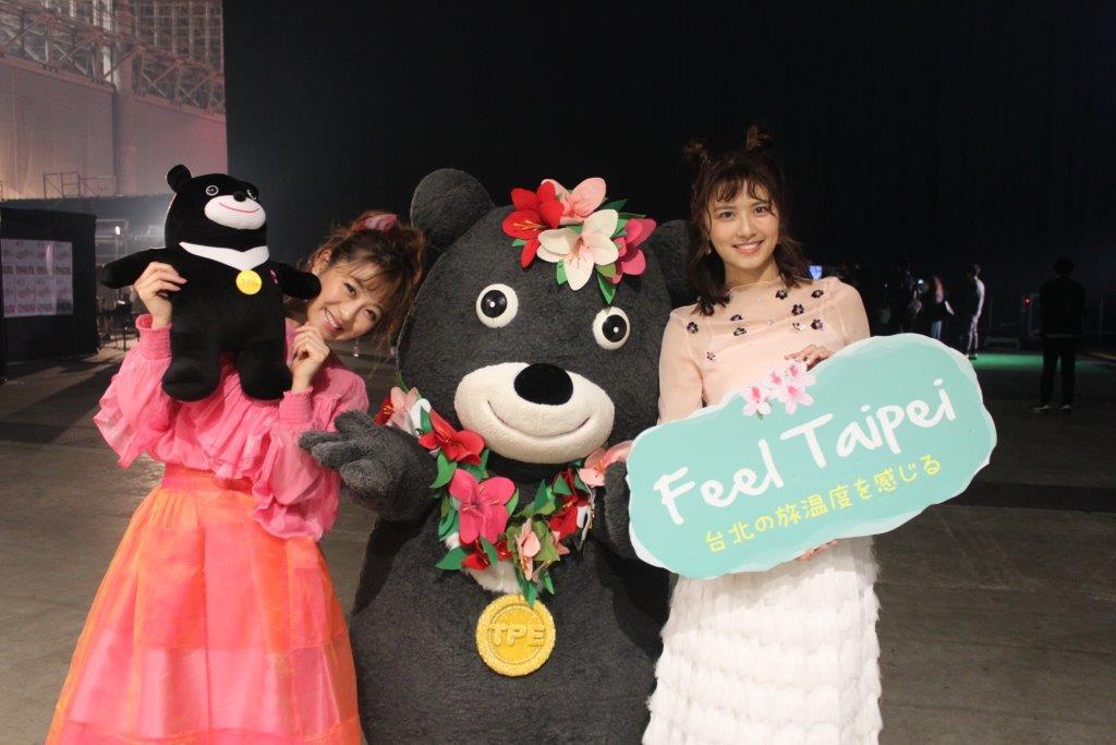 熊讚與助理主持人妞妞(右)一同直擊很喜歡臺北的知名主持人鈴木奈奈(左)
