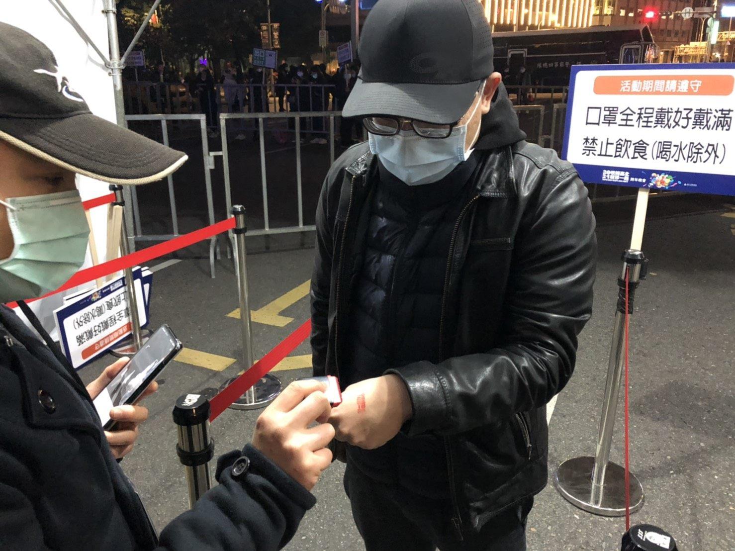 臺北跨年晚會照常舉辦,現場依中央規定做好防疫管制,實施實(聯)名制、量測體溫等措施,民眾也都配合口罩戴好戴滿。