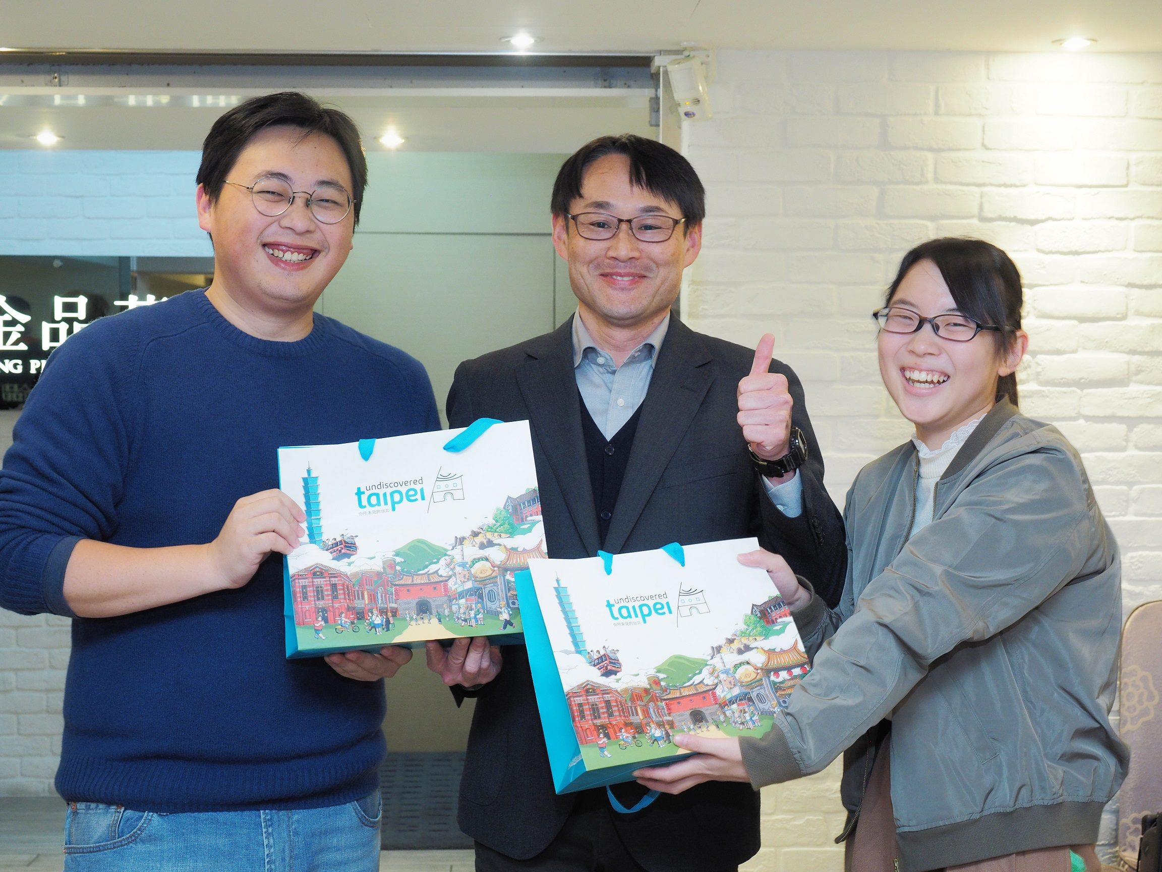 臺北市政府觀光傳播局致贈特色伴手禮給來訪的修學旅行師生