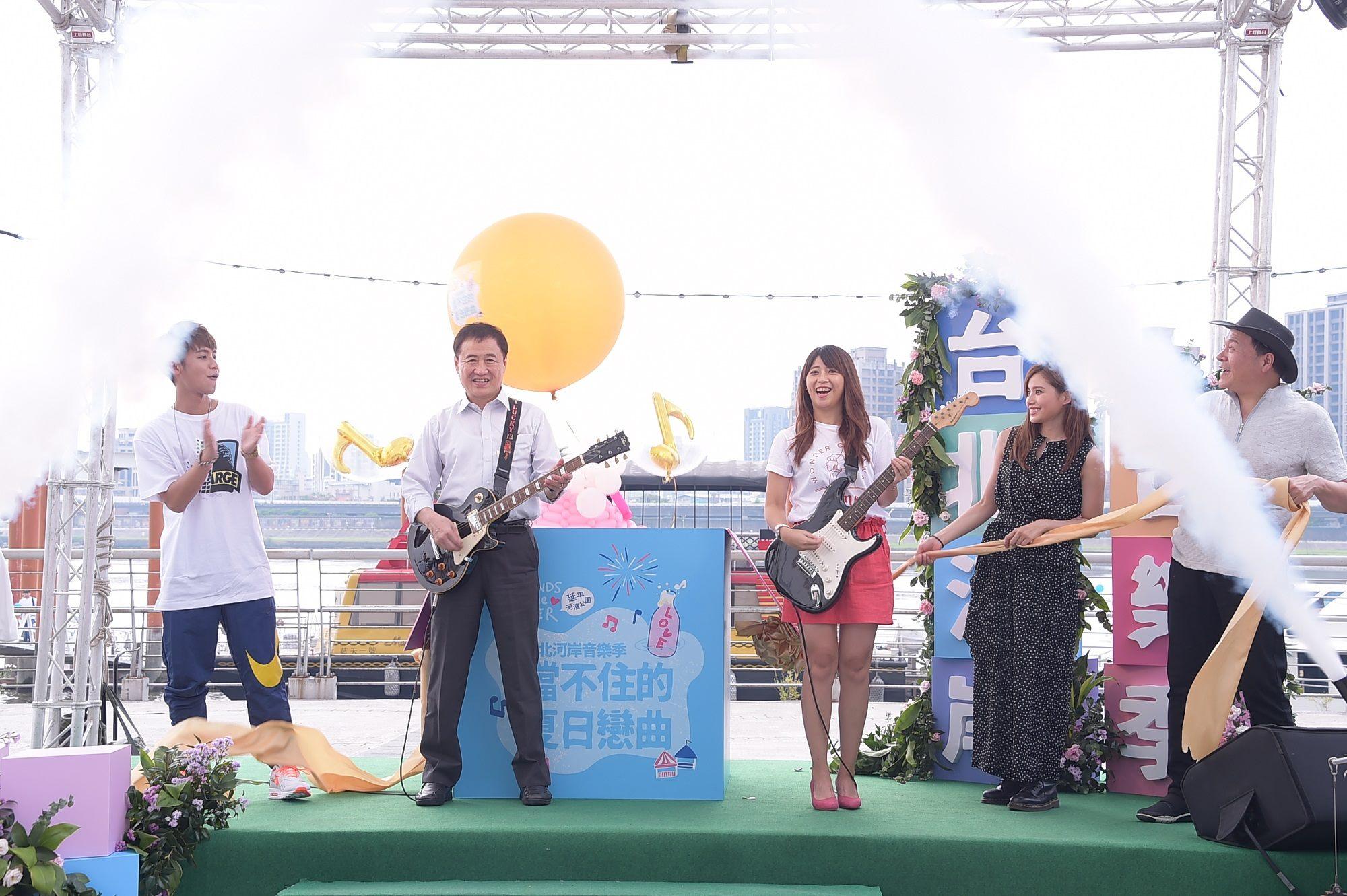陳景峻副市長(左二)與陳思宇局長一起刷下吉他,拉開河岸活動序幕。