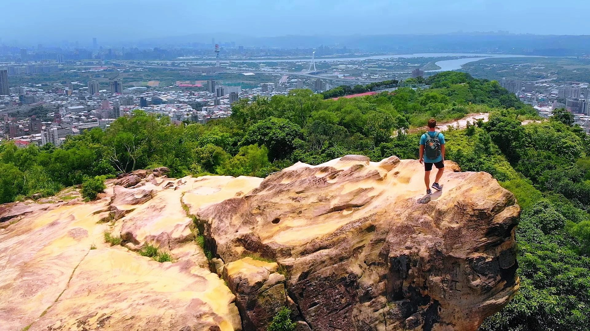 除了挑戰自我體能,站在山稜線上俯瞰臺北之美,更是心曠神怡