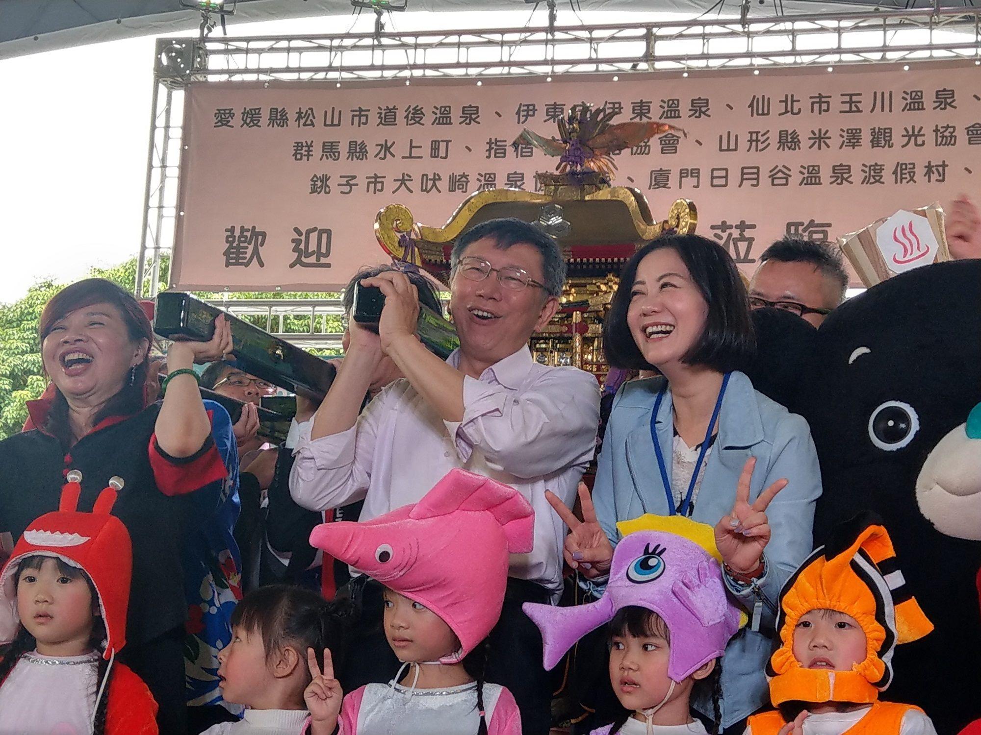 柯文哲市長(中)及臺北市溫泉發展協會周水美理事長(左)等貴賓一起抬神轎預祝溫泉季順利圓滿成功