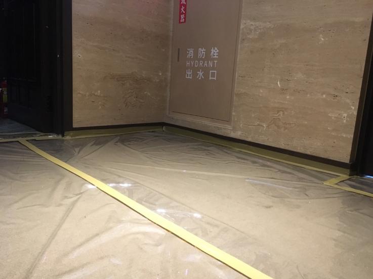 D旅館走廊用塑膠地墊包覆,每日固定時間用消毒水消毒。