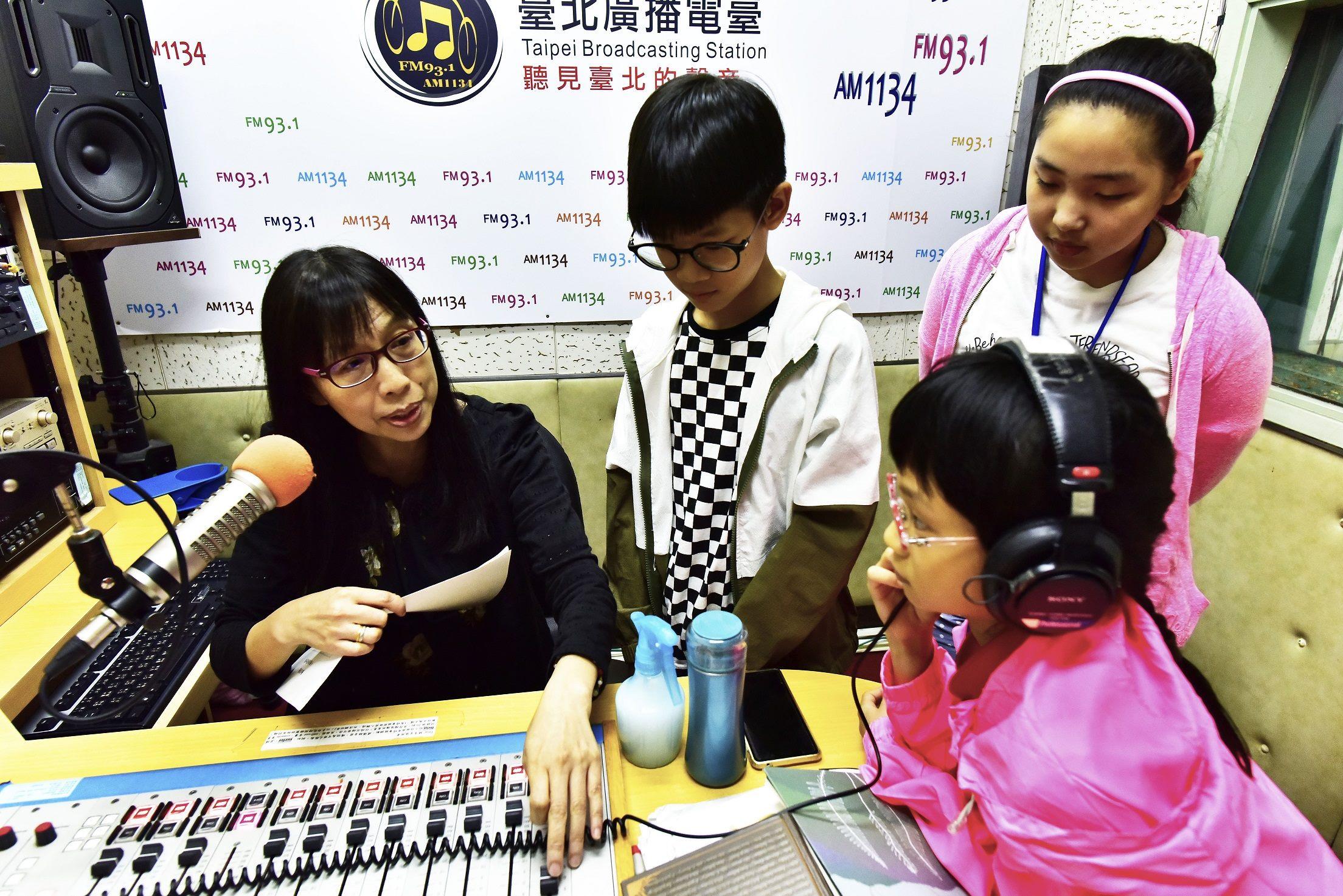 臺北電臺辦理暑期廣播體驗活動,由資深廣播人於錄音間實地解說。