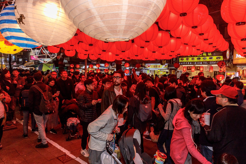 浪浪彩繪燈搭配大紅燈籠為燈區帶來幸福喜氣