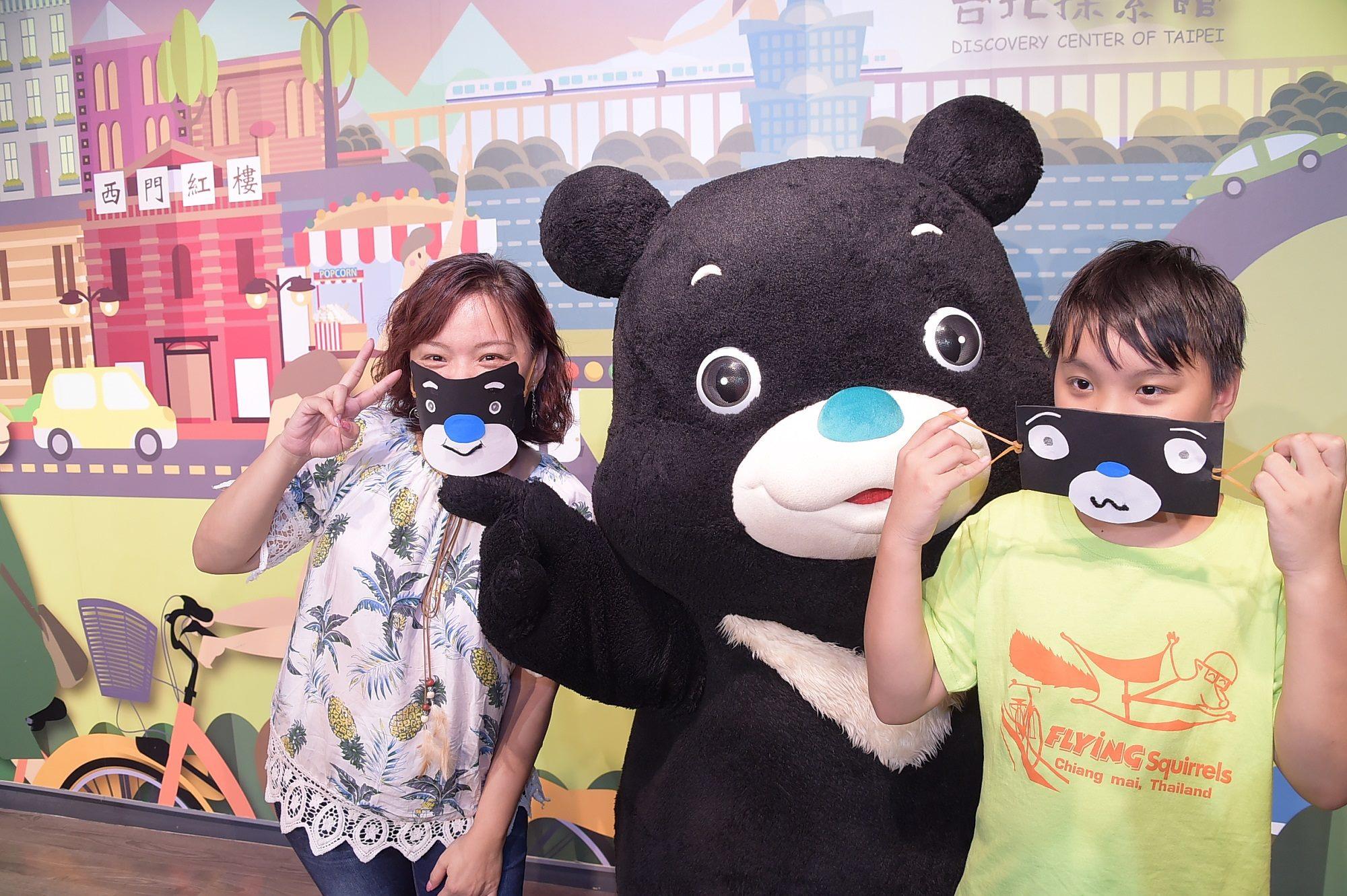 小朋友興奮地戴上DIY手作的造型口罩與熊讚開心合照。