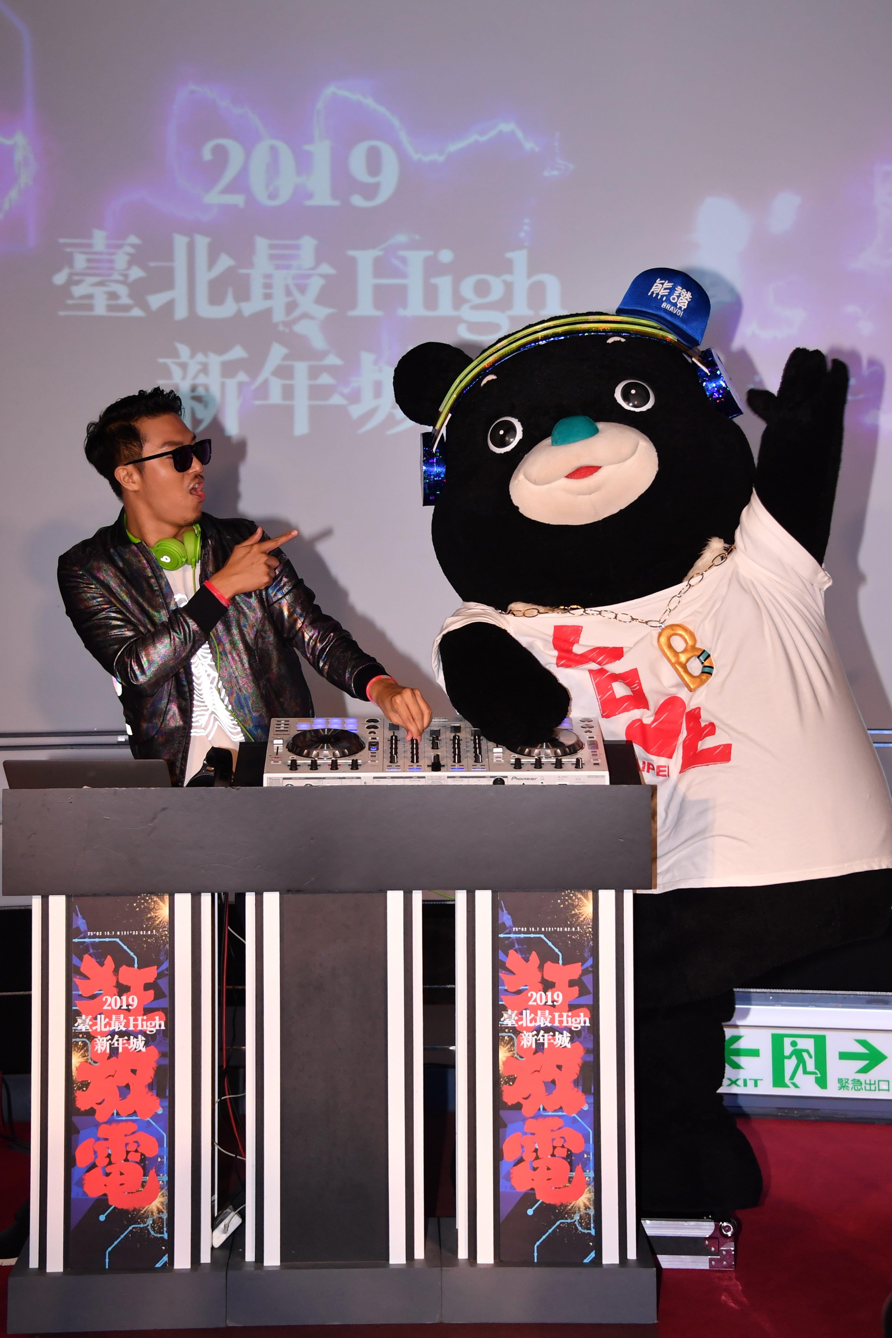 熊讚化身最潮DJ_Bravo大秀刷碟技巧