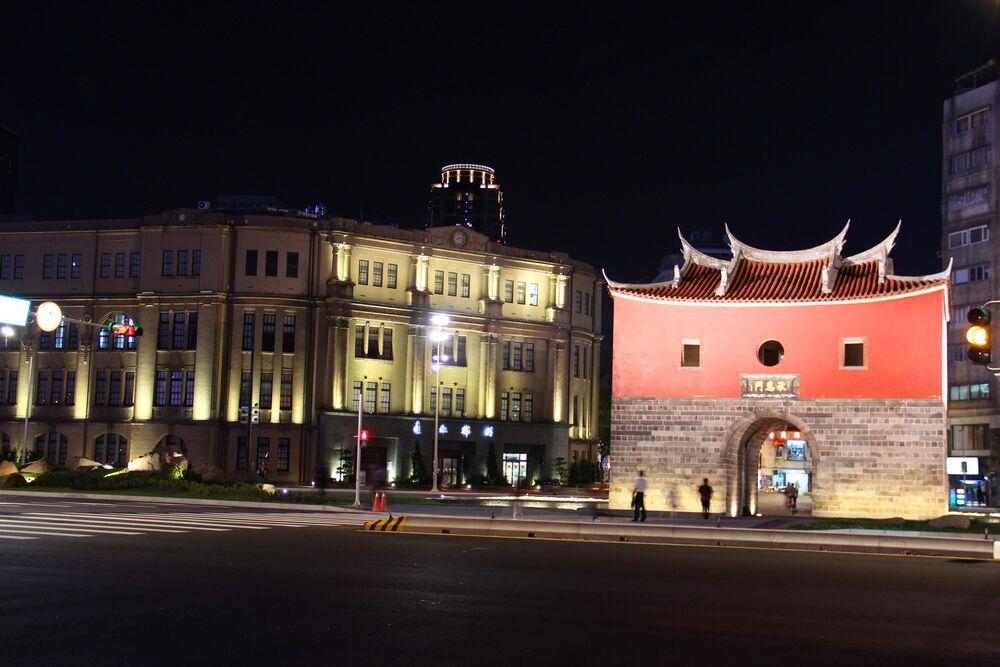 今年在北門周邊的「我愛創作亮晶晶」燈區,特地以「科技互動光影藝術」與老建築群對話,以新舊衝突的元素,帶給民眾不一樣的視覺享受!