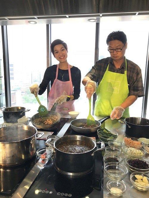 泰國媒體來臺初次挑戰手作臺灣經典美食滷肉飯,直呼好有趣!