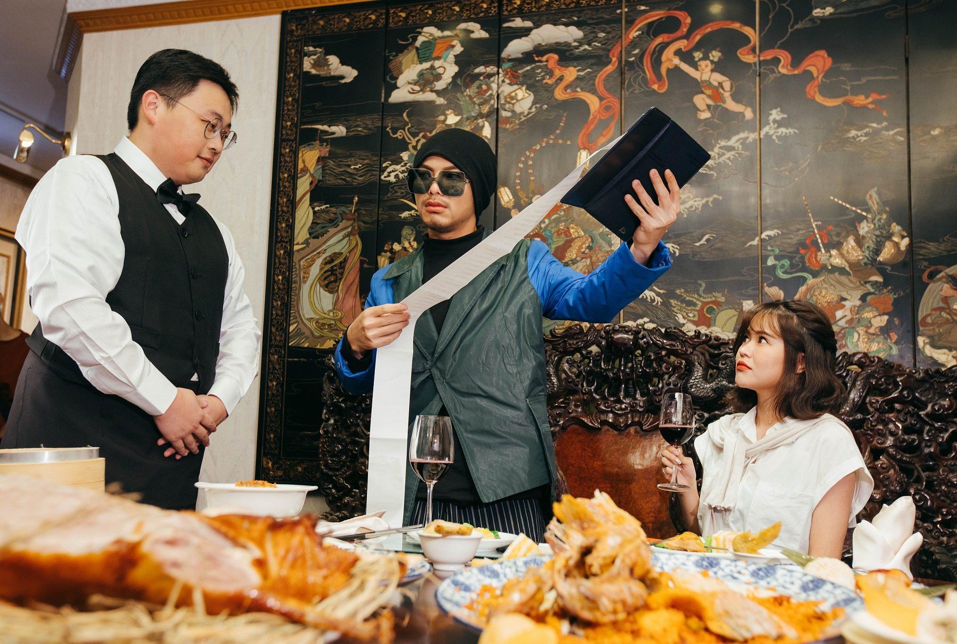 北市觀傳局劉奕霆局長詼諧演出米其林餐廳服務生
