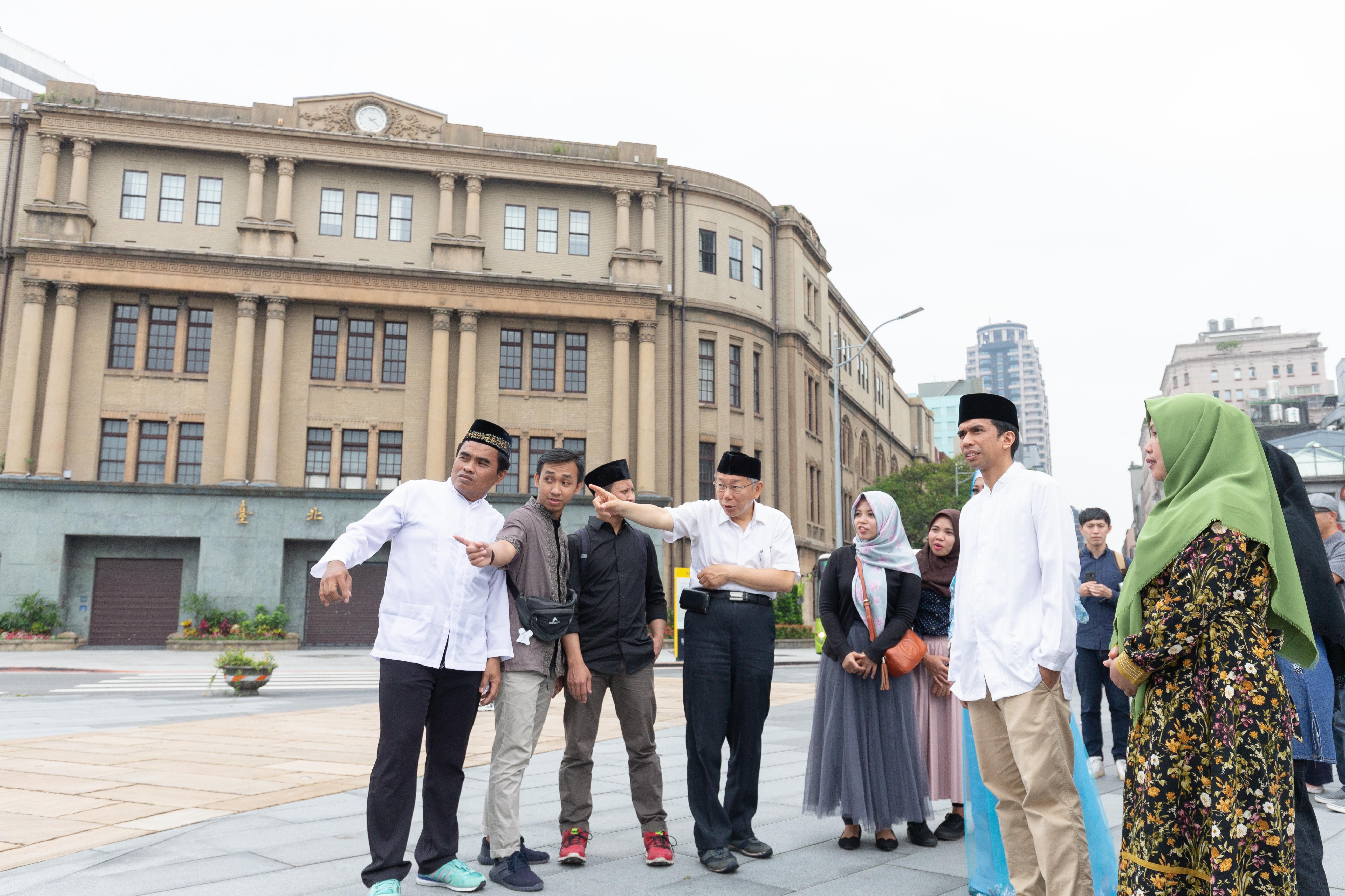 市長柯文哲於臺北開齋節拍攝現場,與穆斯林朋友解說北門廣場歷史