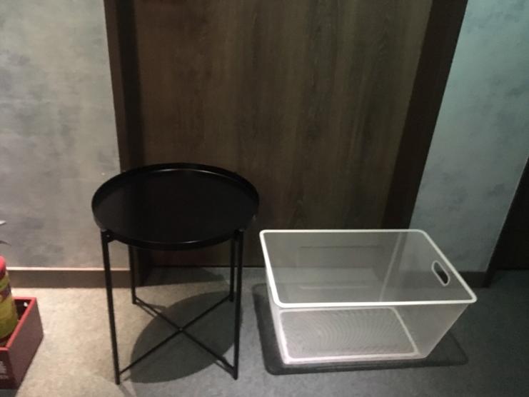 每間房間外都有設有送餐桌與籃子。